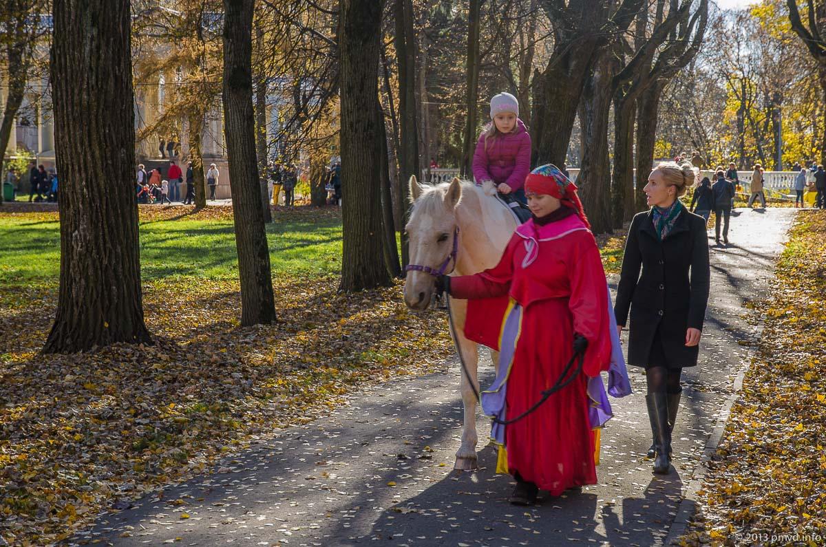Архангельское. Катание на лошадях.
