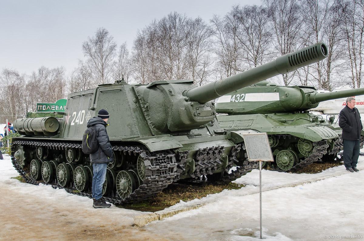 СУ-152 Зверобой в музее в Кубинке