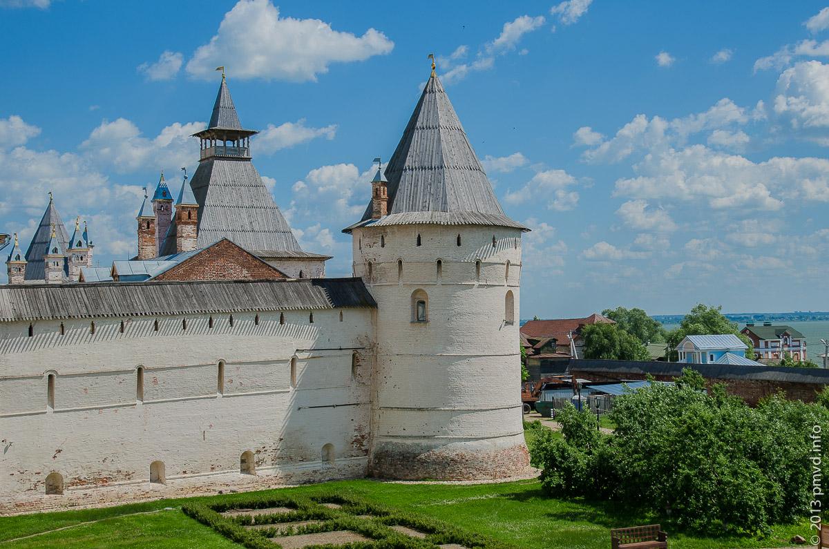 Водяная башня и Митрополичий сад со стен кремля.