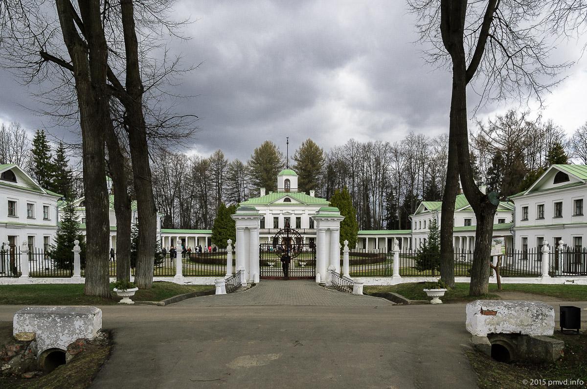 Главное здание в усадьбе Середниково