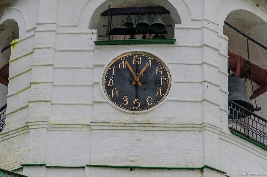 Суздаль. Кремль. Циферблат на Соборной колокольне Суздальского Кремля.