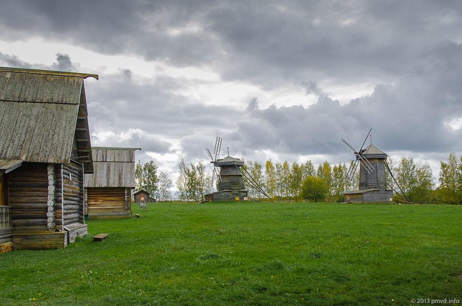 Суздаль. Музей деревянного зодчества. Ветряные мельницы.
