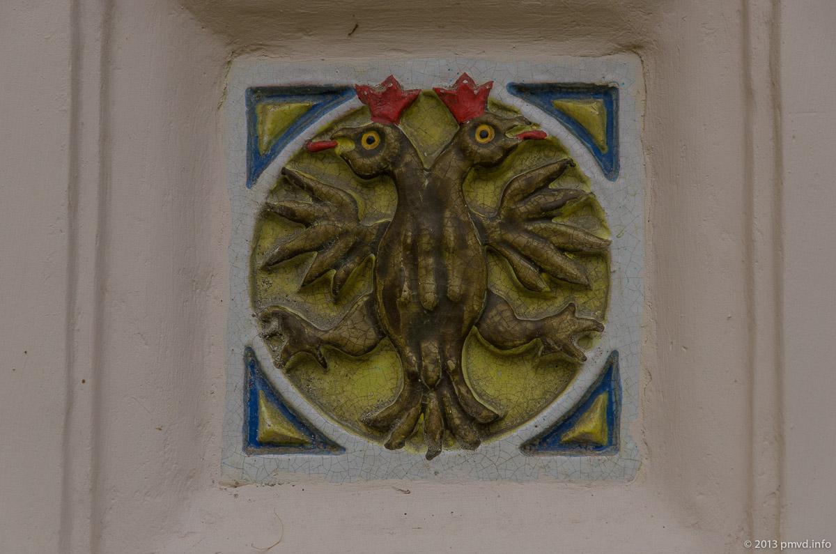 Ярославль. Поливная керамика в ограде церкви Ильи Пророка