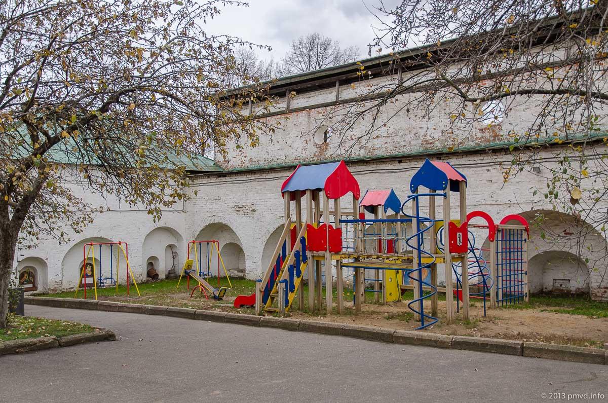 Ярославль. Спасо-Преображенский монастырь. Детская площадка