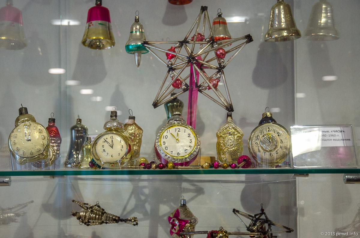 Стеклянные елочные игрушки, часы пять минут