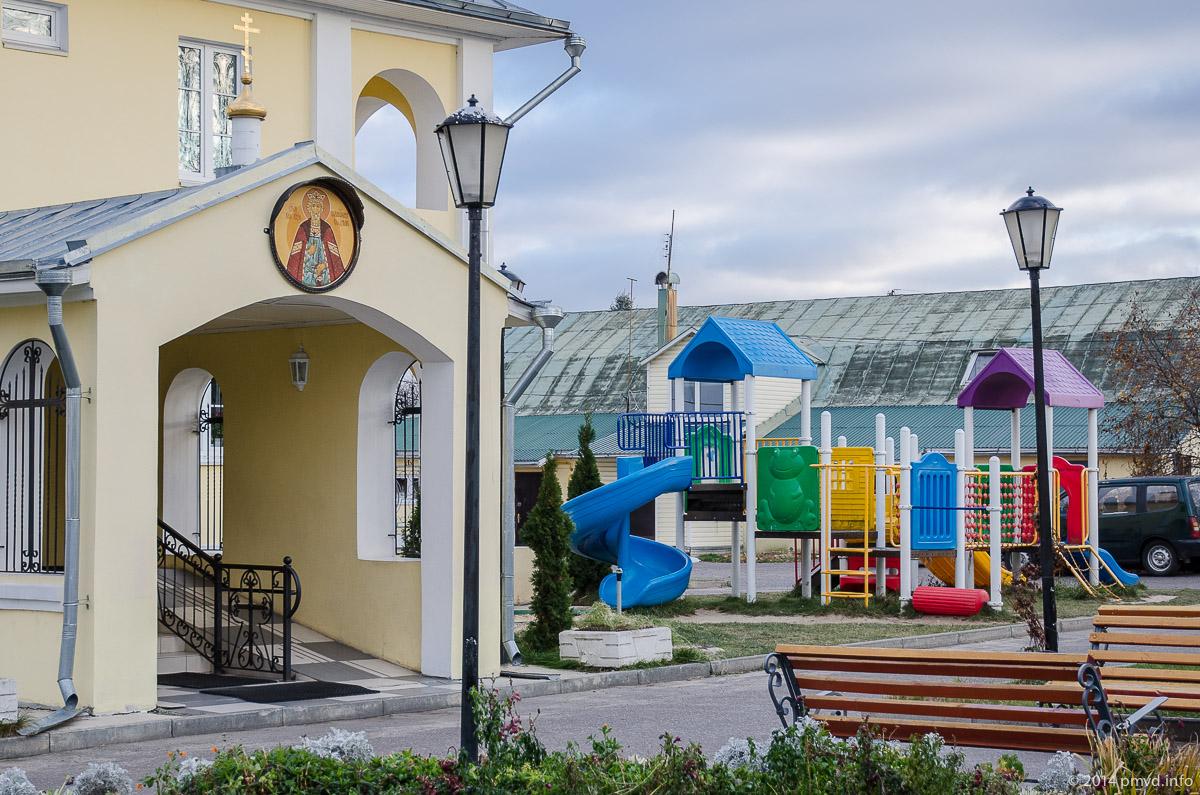 Чехов. Анно-Зачатьевская церковь. Детская площадка