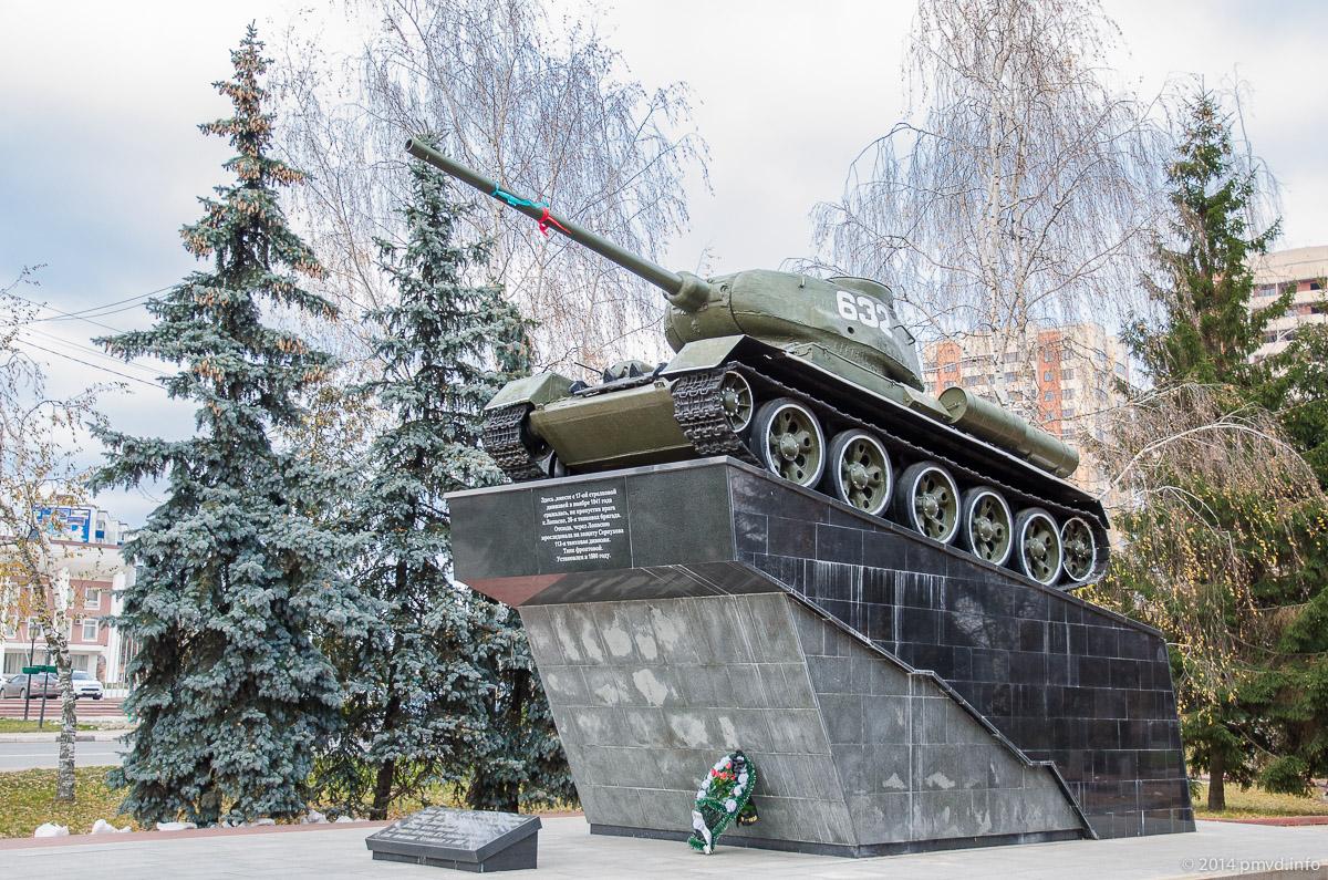 Танк на центральной площади города Чехов
