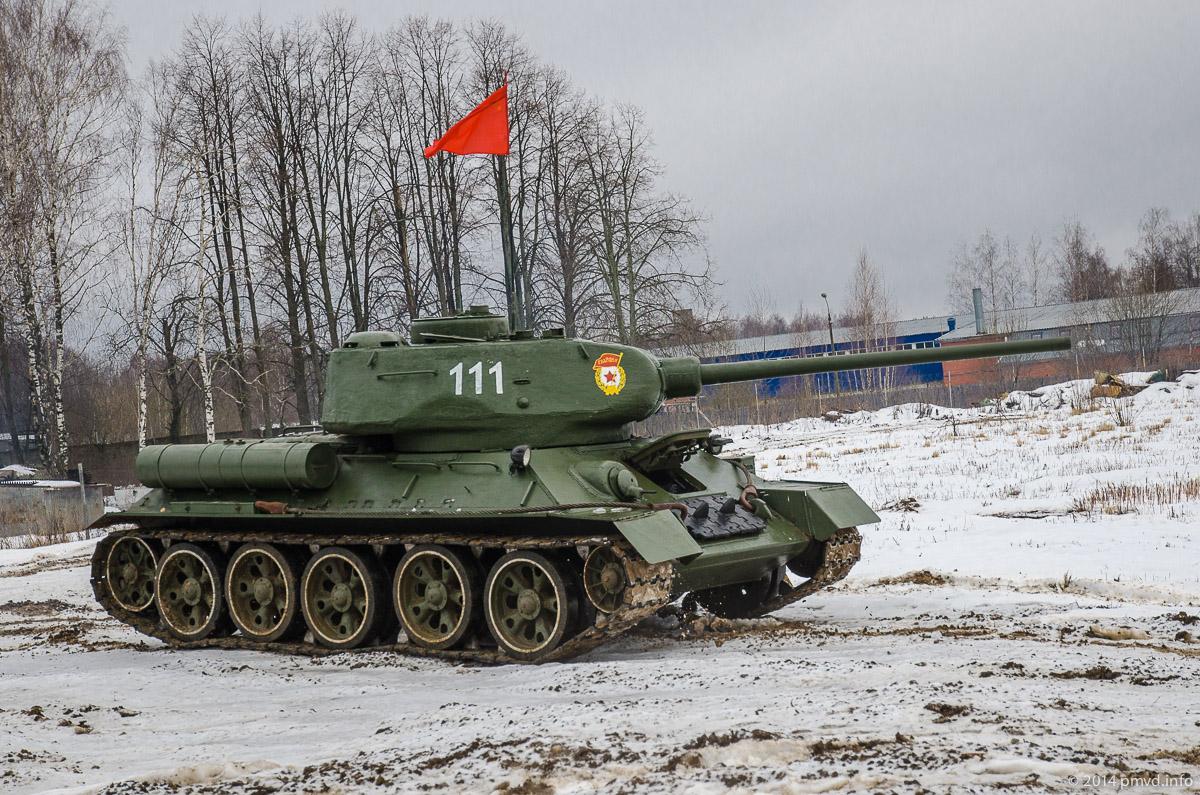 Демонстрация танка Т-34 в Танковом музее в Кубинке