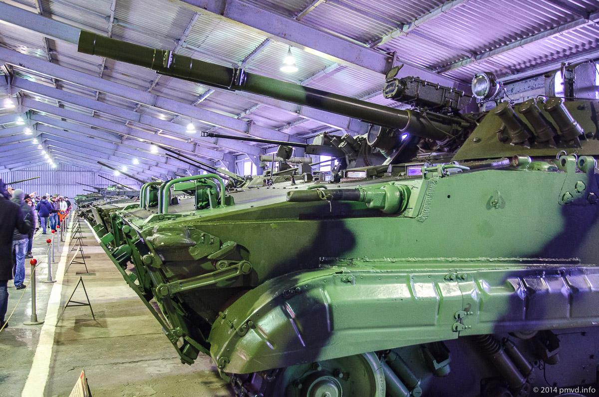 Экспозиция бронетехники в танковом музее в Кубинке
