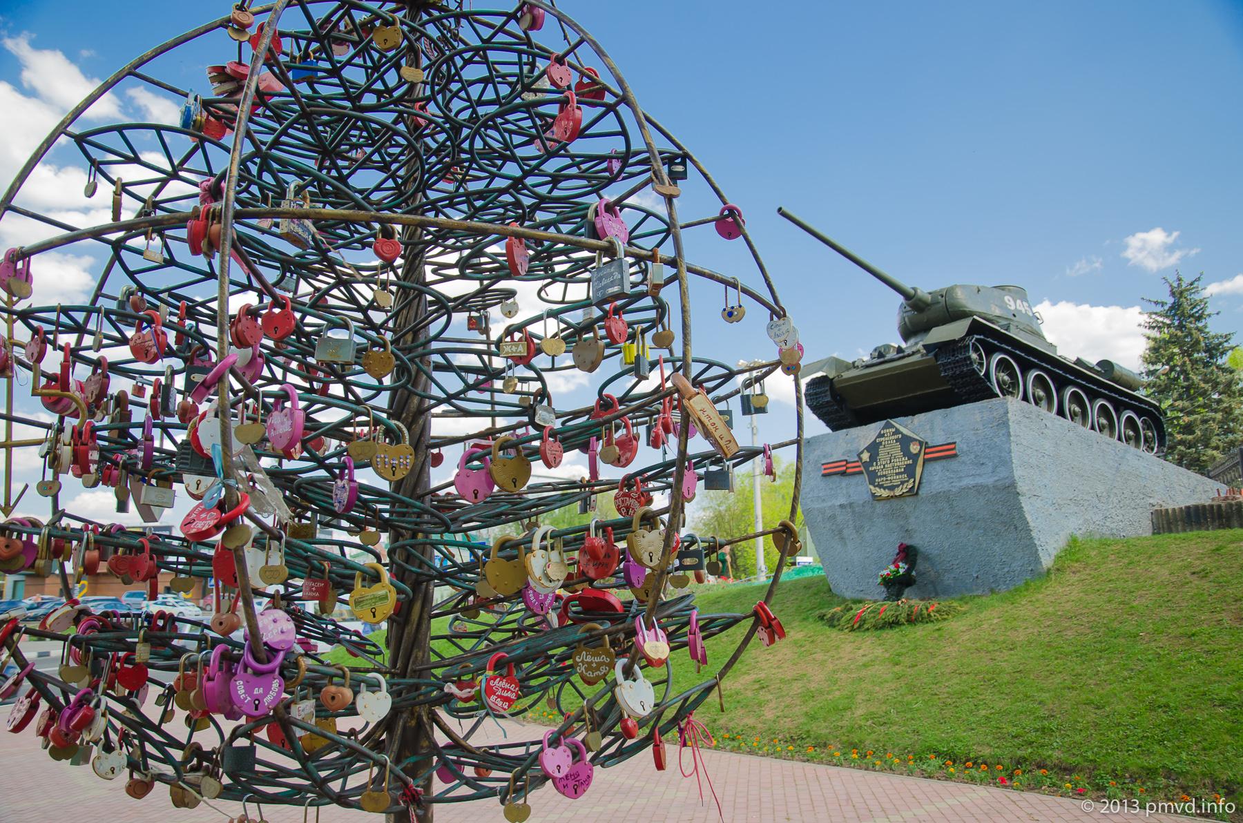 Дерево для новобрачных с замочками. Наро-Фоминск.