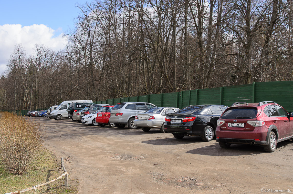 Парковка в усадьбе Середниково
