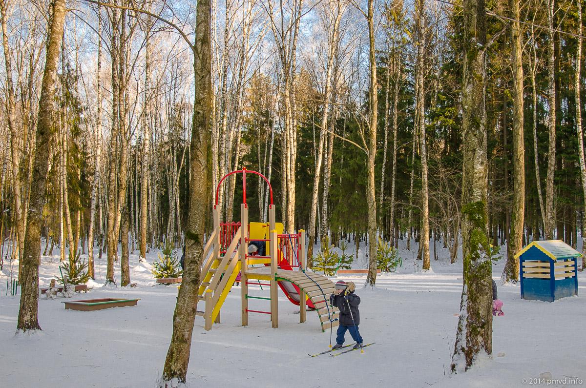 Детская площадка в лесу в Трехгорке