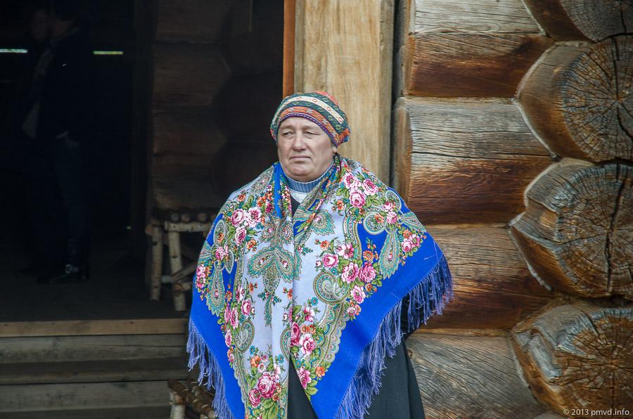 Суздаль. Музей деревянного зодчества. Сотрудница музея в русском национальном костюме.