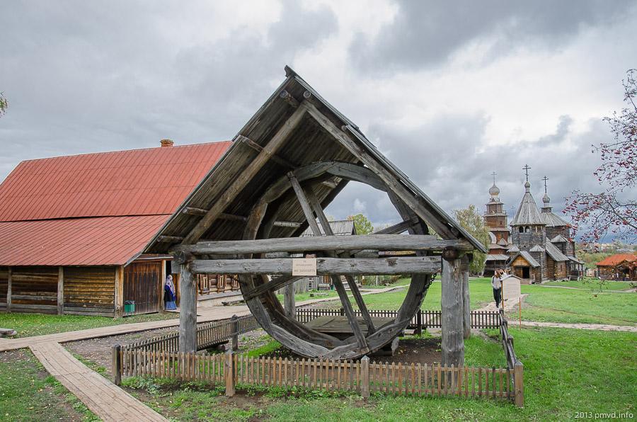 Суздаль. Музей деревянного зодчества. Ворот для поднятия воды из колодца.