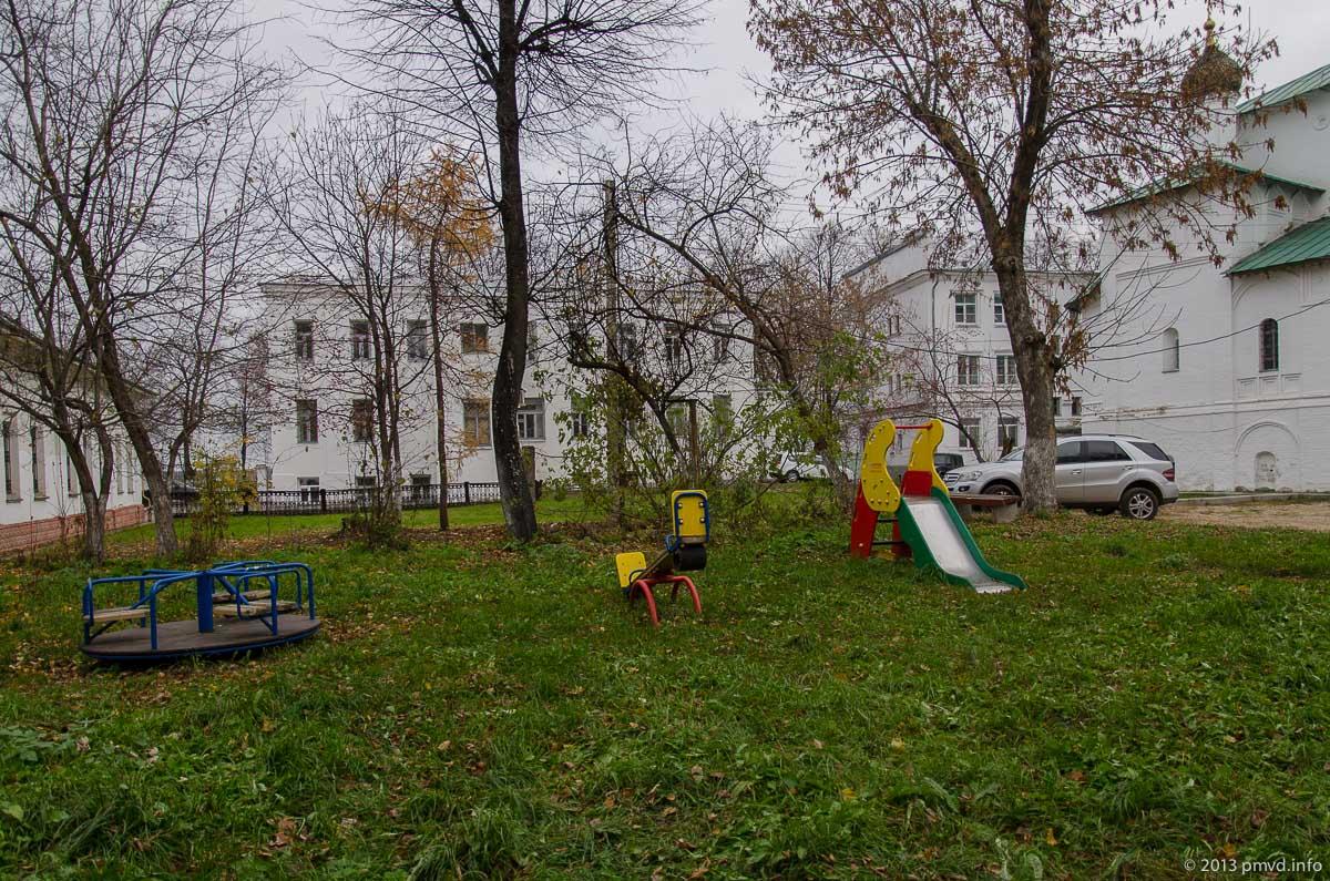 Ярославль. Детская площадка во дворе у церкви Николы Надеина