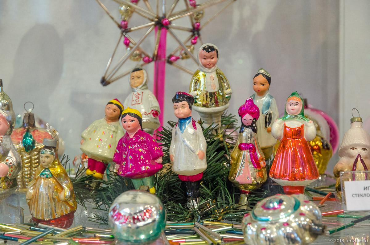 Стеклянные елочные игрушки в костюмах народов СССР