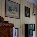 На стене висит аптечка, тоже работы загорских мастеров.